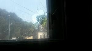 """Glasbruch an einem der Fenster des Hausprojektes """"Zeppi25? am 3. August 2014"""