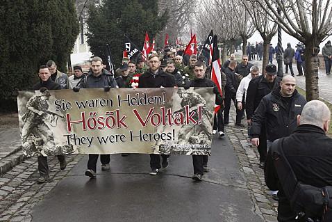 """Steve Schmidt (am Transparent zweiter von rechts) am 8. Februar 2014 auf dem neonazistischen """"Day of Honour"""" in Budapest"""