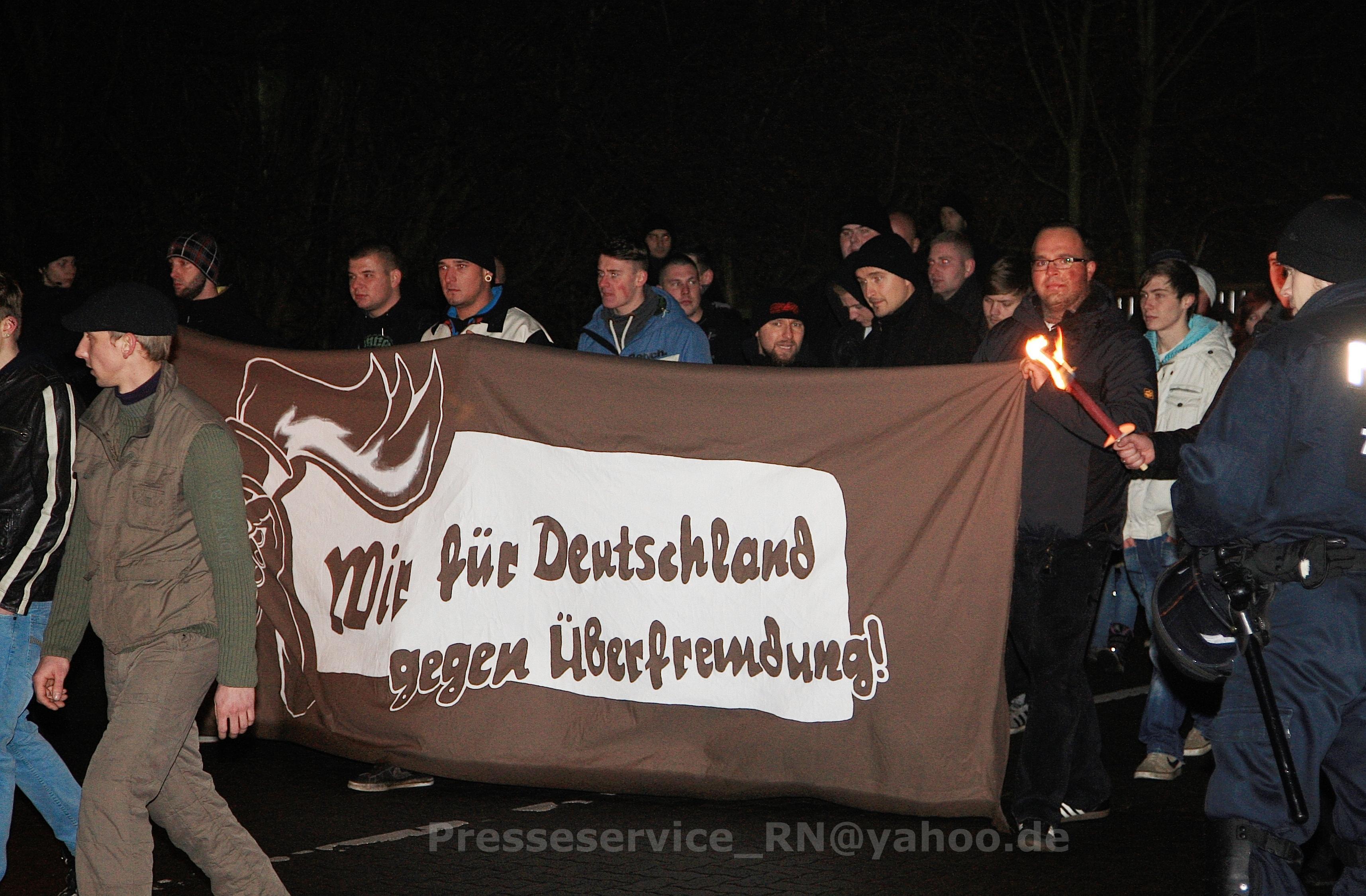 Nazis aus Oberhavel auf dem Fackelmarsch in Wittstock: Rechtsaußen am Transparent: Robert Wegner, in der Mitte Sebastian B. (weiße Jacke) aus Velten.