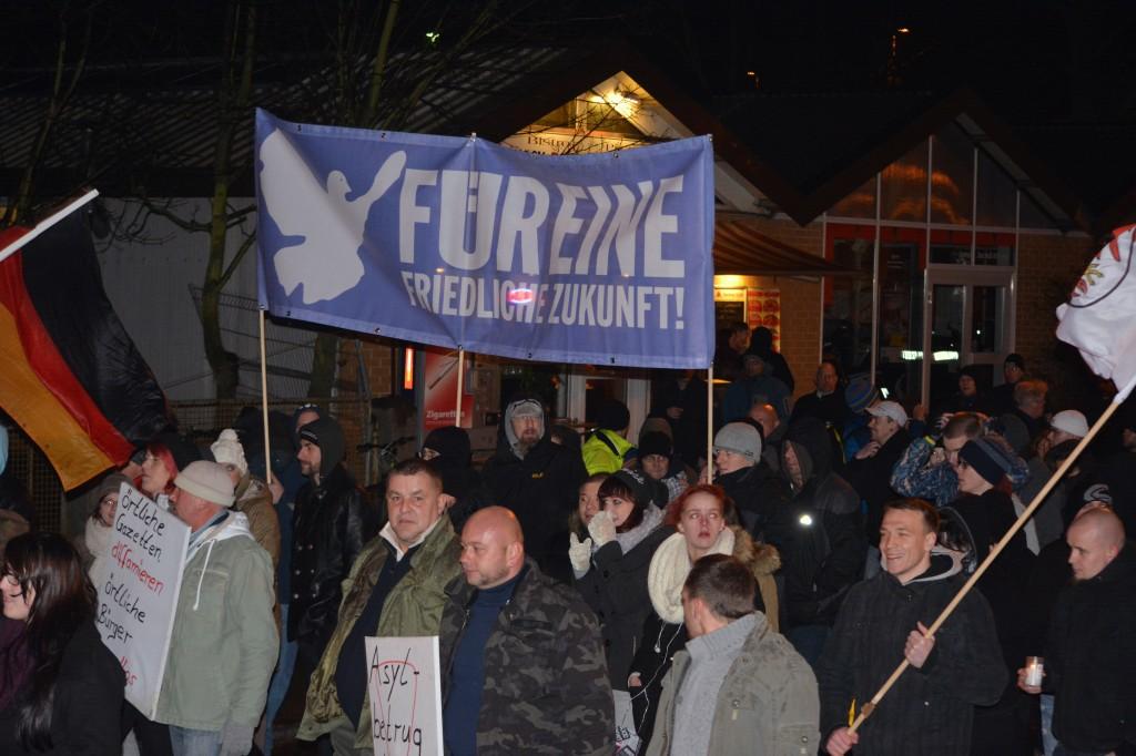 """Neonazidemonstration trägt Hochtransparent der """"Nein zum Heim in Oranienburg""""-Seite. Foto: Sören Kohlhuber"""