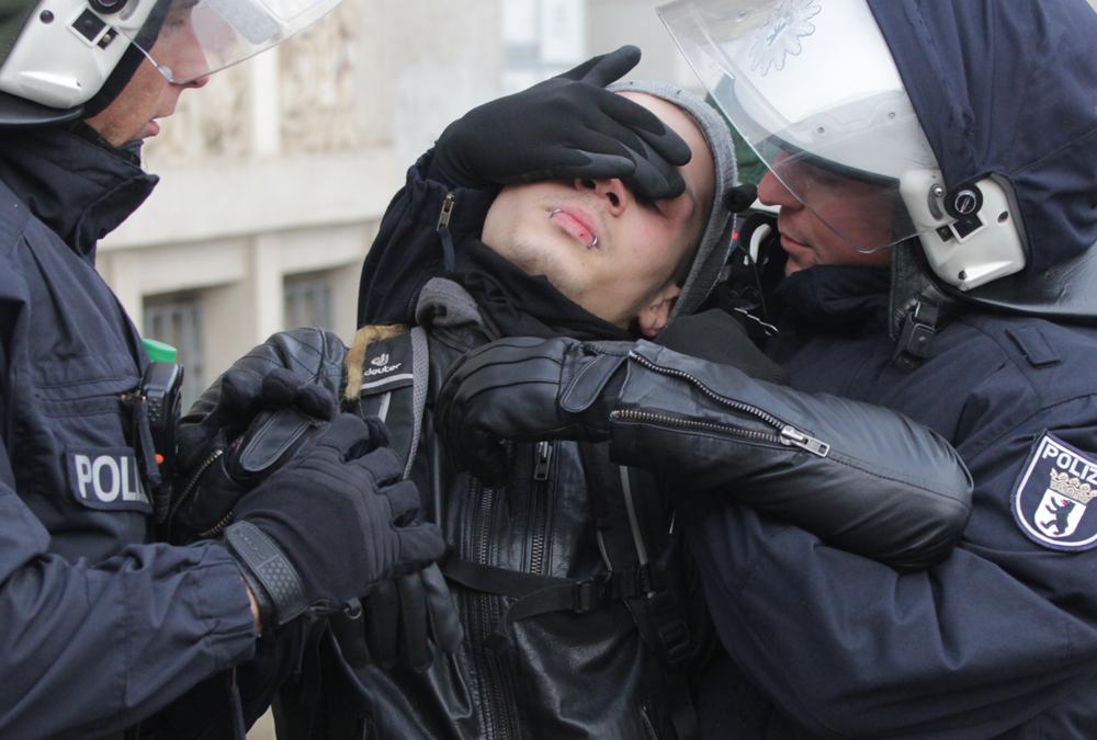Frankfurt/Oder am 17.1.2015: Festnahme eines Gegendemonstranten
