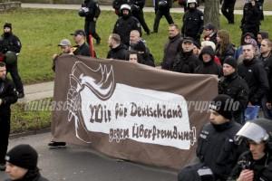 """Hinter """"Ein Licht für Deutschland gegen Überfremdung"""" versammeln sich auch Frankfurter Neonazis. Im Bild rechts (mit Tunnel) Andi Köpke, daneben Sven Lemke (mit Kapuze) von der Kameradschaft """"Kommando Werwolf"""". (Foto: pressedienst frankfurt (oder))"""
