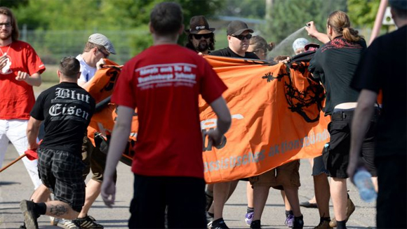 Mit Fahnenstöcken und Pfefferspray gingen Rechtsextremisten auf  die Gegendemonstranten los. Rechts im Bild mit Pfefferspray: NPD-Politiker Markus Noack.