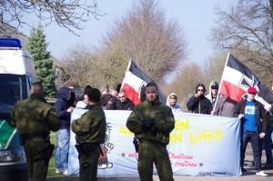 Lukas Franz, dritter von rechts mit Kapuze und Sonnenbrille, am 25. März 2012 auf einer spontanen neonazistischen Kundgebung in Grube