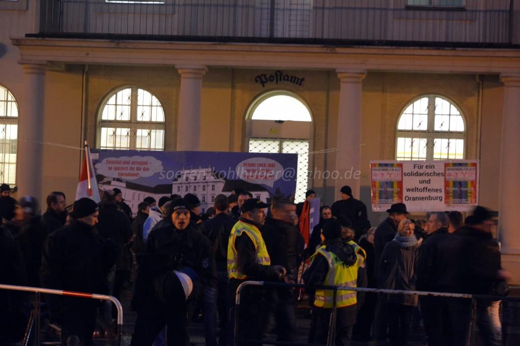 """Die Banner des Bündnisses """"Oberhavel Nazifrei"""" versperrten die Posttreppe"""
