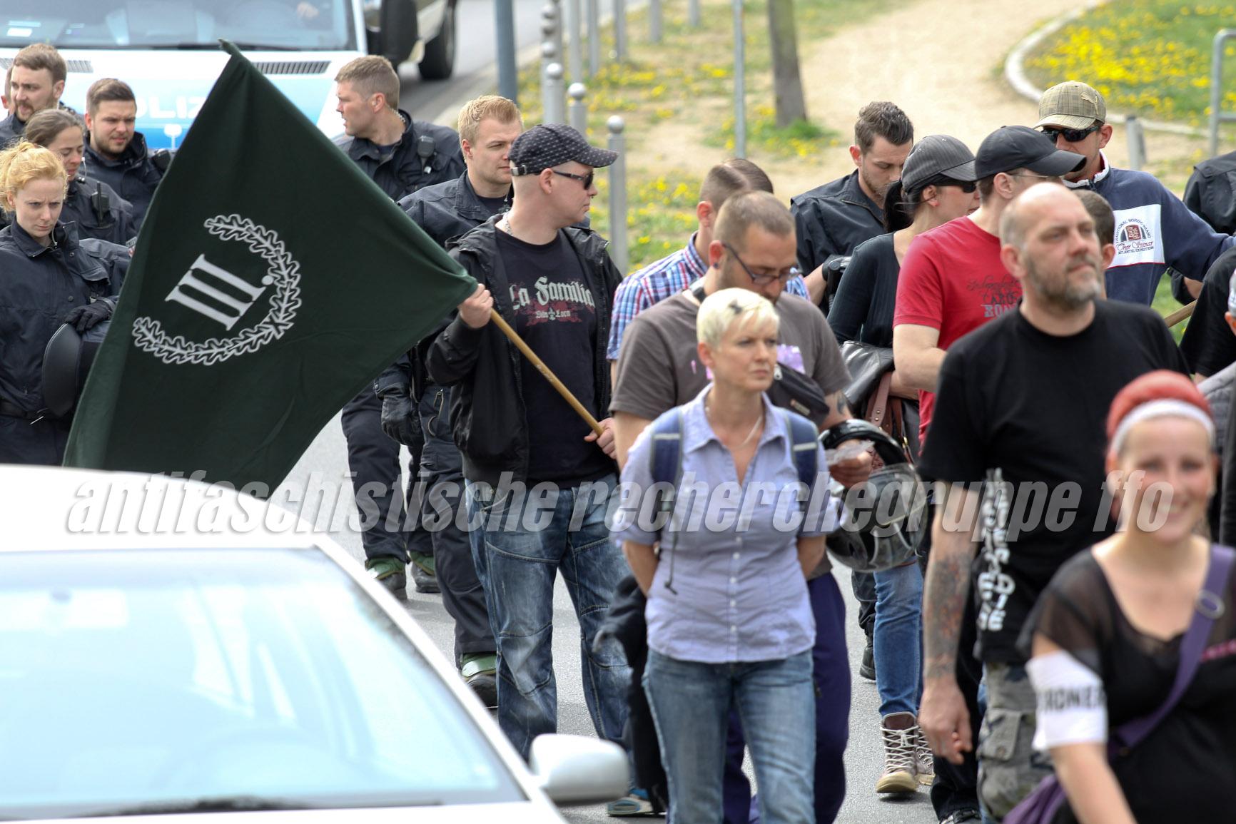 """Zwei Parteien, kein Problem!?: Die NPDlerInnen Manuela Kokott (Mitte) und Alexander Bode (rechts, verdeckt mit roten Shirt) zusammen mit Neonazis vom """"III. Weg"""". (Foto: pressedienst frankfurt (oder))"""