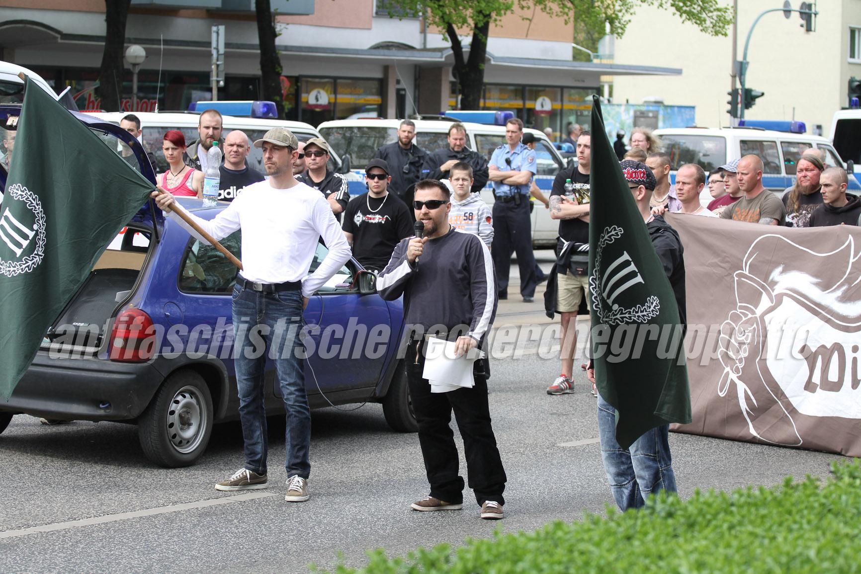 Pascal Stolle (links mit Fahne) und André Eminger (Mitte) (beide III. Weg) waren die einzigen beiden Redner bei der Demonstration. (Foto: pressedienst frankfurt (oder))