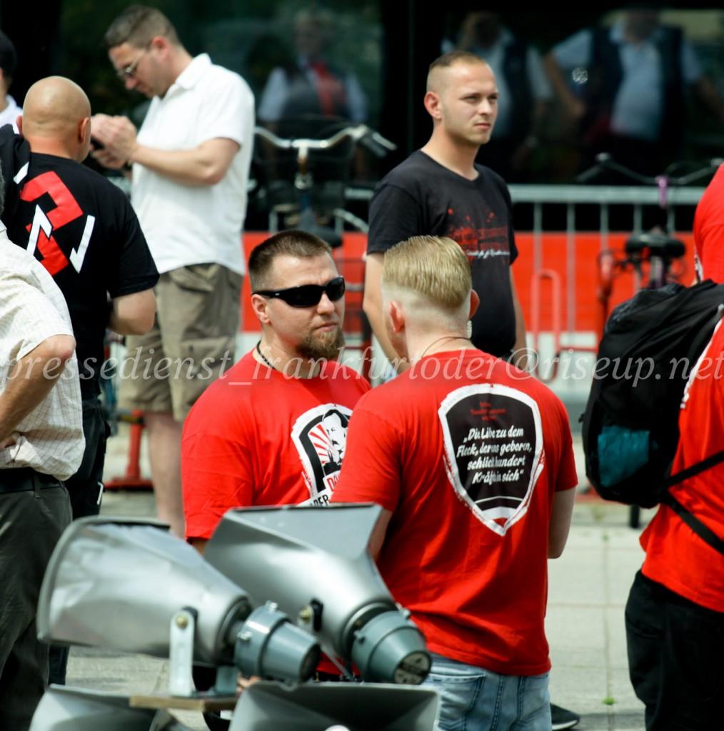 """Der Anmelder Dave Trick (rechts) im Gespräch mit Maik Eminger. Redner an diesem Tag und Kopf der neonazistischen Partei """"Der III. Weg"""" in Brandenburg."""