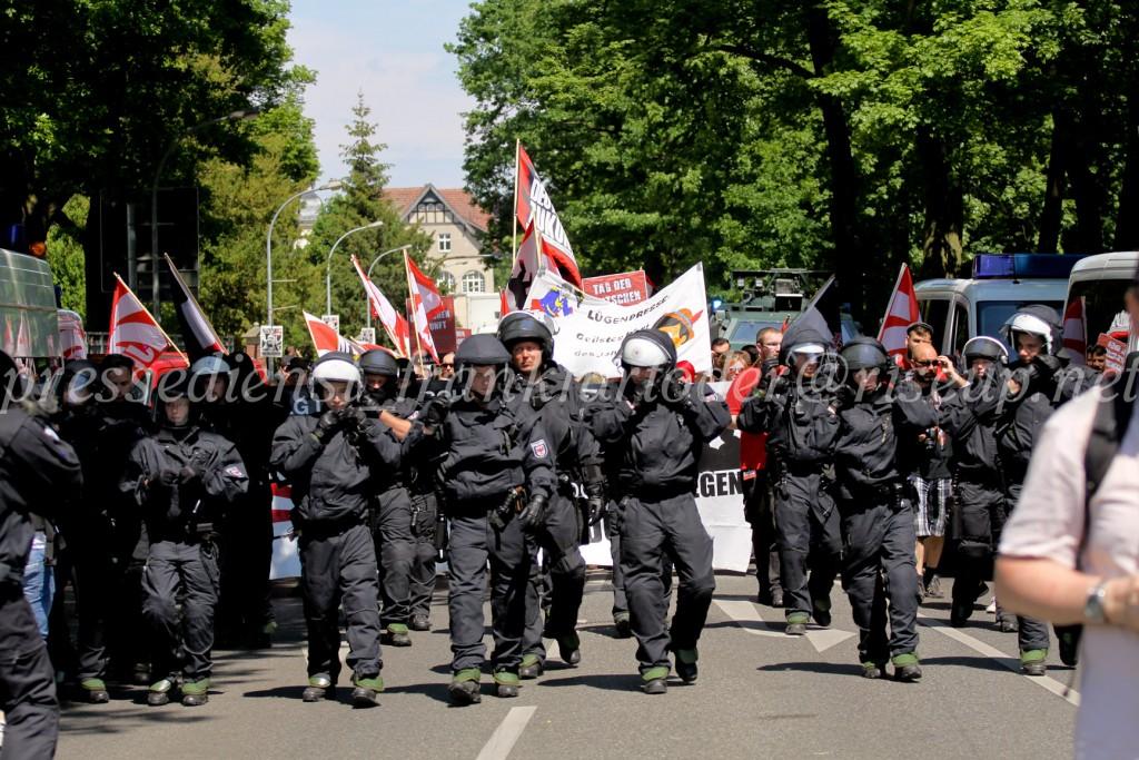 Die TddZ-Marsch war von einer großen Anzahl von polizeikräften aus drei Bundesländern begleitet. Dennoch hinderte das nicht, dass Neonazis Journalist_innen und Gegenprotest zu bedrohen.