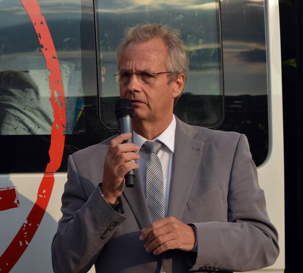 """Bürgermeister Detlef Fleischmann (SPD) sprach bei der Auftaktrede, dass die Geflüchteten """"jetzt erst recht"""" in Nauen aufgenommen werden."""