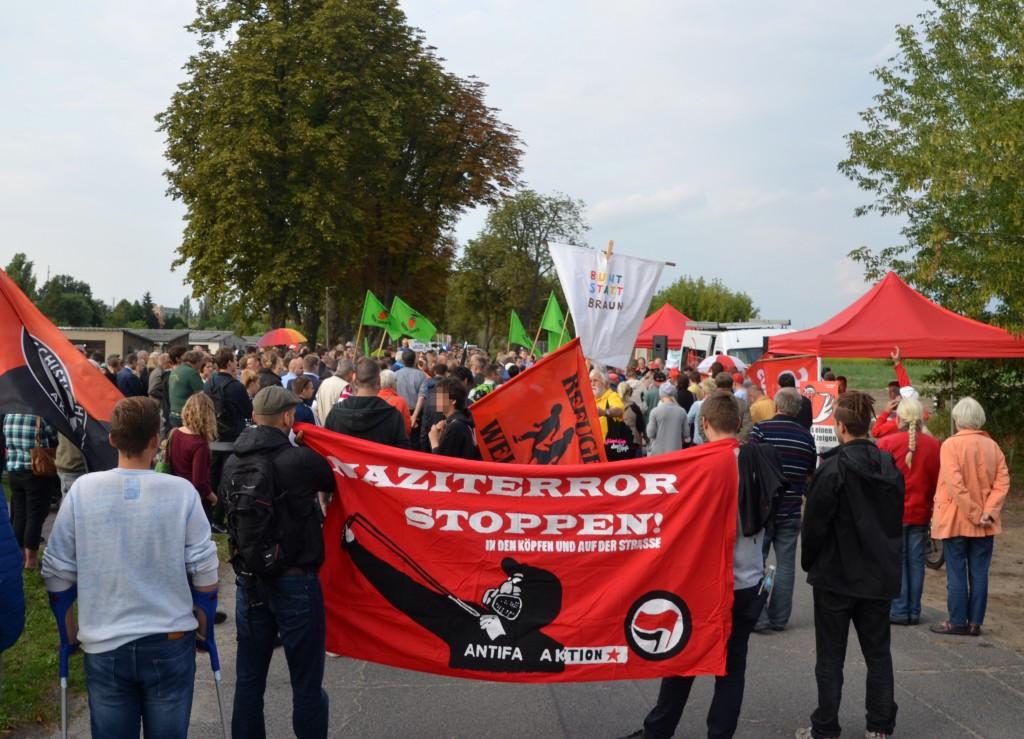 350 bei der Mahnwache in Nauen.