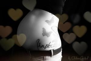 """Die schwangere Melanie Witassek mit """"Unsterblich""""-Tattoo auf der Hüfte."""