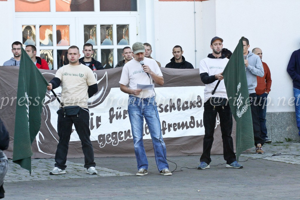 """Pascal Stolle vom """"III. Weg"""" verbreitet vor etwa 40 Neonazis sein krudes Bild von der """"vollkommenden"""" deutschen Wiedervereinigung."""