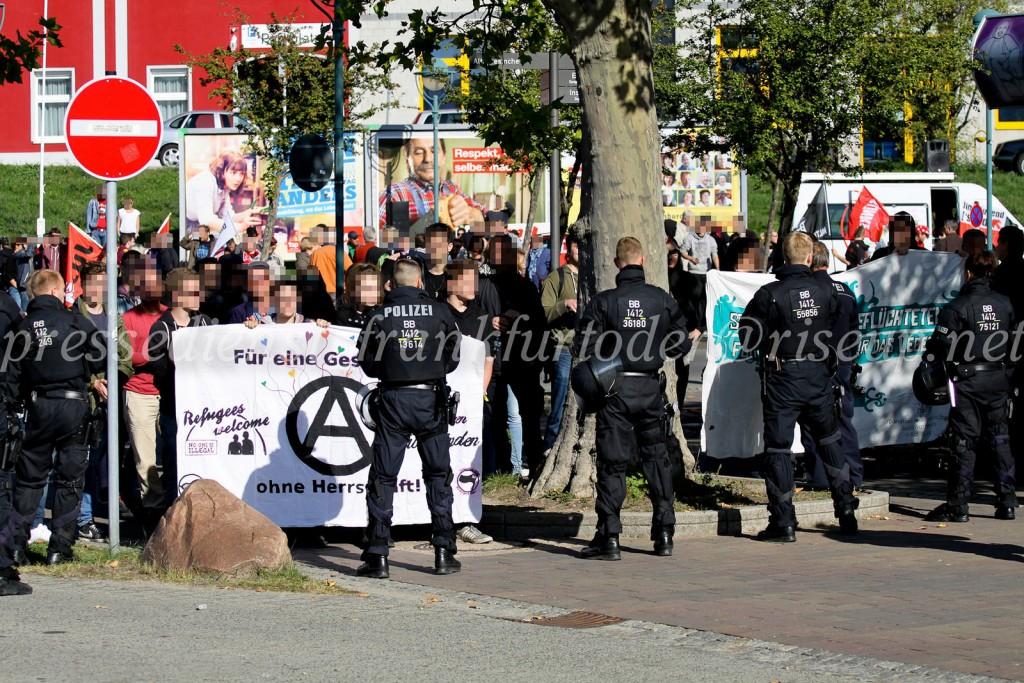 Am Hauptbahnhof demonstrierten über 100 Antifaschist*innen gegen die Neonazis.