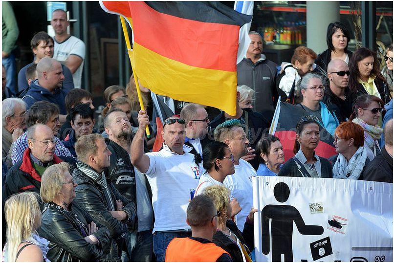 Mit der Deutschland Fahne: Heiko Müller bei Bärgida am 03. Oktober in Berlin