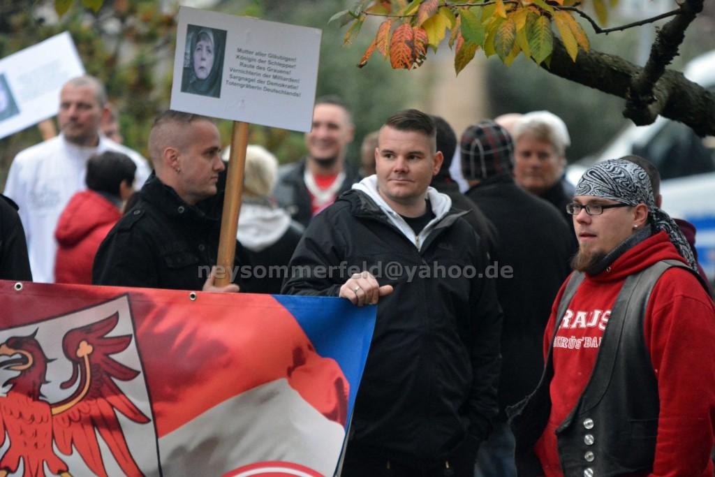 Maik Neuber am NPD Transparent am 17.10. in Velten. Bild: Ney Sommerfeld