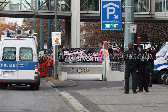 Das massive Polizeiaufgebot schirmte den Gegenprotest deutlich von den Neonazis ab.