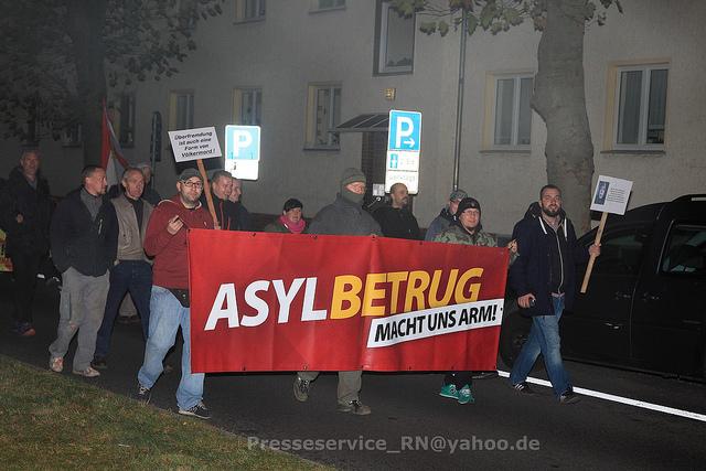 NPD Transparent in Velten. Vermummt in der Mitte: Maik N., rechtsaußen: Robert Wolinski von der NPD Oberhavel. Bild: Presseservice Rathenow