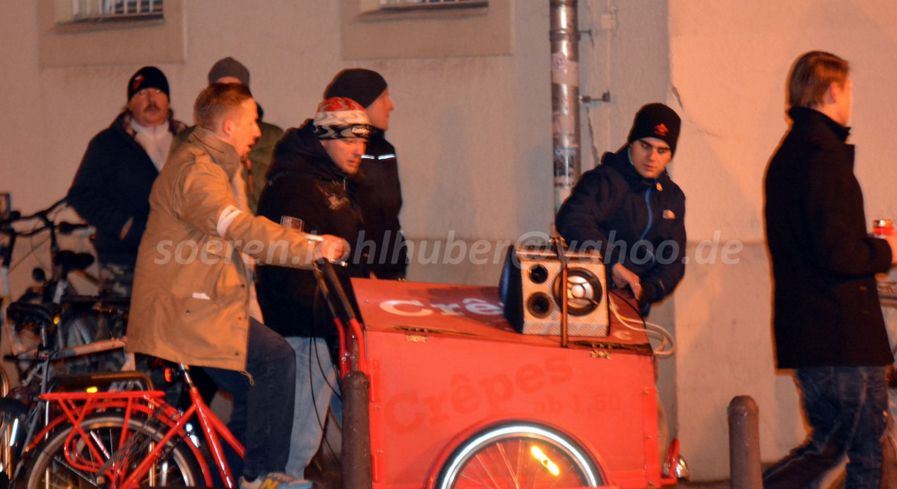 rechts: Philipp Badczong beim Abrichten der mobilen Musikanlage.  Bild: Sören Kohlhuber