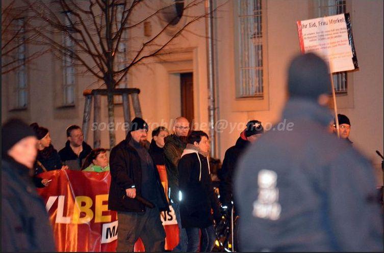 Im Hintergrund: ein NPD Banner. Vor dem Banner links der NPD Verordnete Björn Beuchel und daneben das NPD Mitglied Roy Zillgitt.  Bild: Sören Kohlhuber
