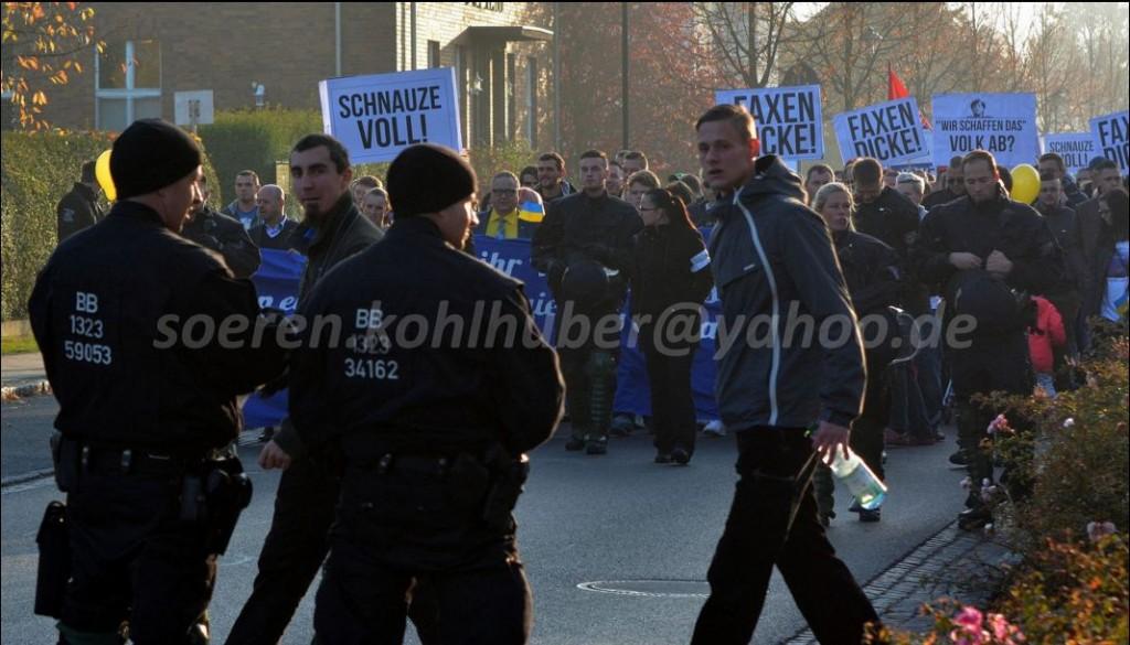 imVordergrund: Mitglieder der JN auf der Demonstration in Lübbenau
