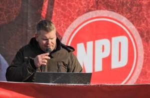 Michel Müller während einer NPD Kundgebung am 31. Oktober 2015 in Brandenburg an der Havel. Damals verurteilte er gewaltverherrlichende Slogans der Gegendemonstrant_innen. Heute stand Müller selber wegen einer Gewalttat vor Gericht.