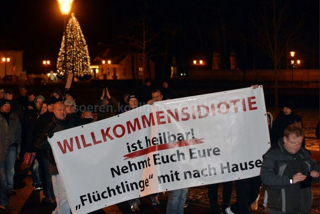 Asylfeindliches Banner bei der Demonstration in Oranienburg. Foto: Sören Kohlhuber
