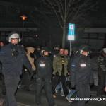 """Tim Borowski (Bildmitte, grüne Jacke, schwarz-gelbes T-Shirt) und Marco Helmstedt (direkt dahinter) am 20. Januar 2016 mit dem Überbleibsel der """"Pogida""""-Demonstration"""