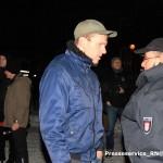 """Der NPD-Kader Maik Schneider am 20. Januar 2016 auf der """"Pogida""""-Demo – er trat in Verhandlung mit der Polizei um doch noch einen Aufmarsch durchführen zu können"""