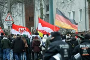 Neben Deutschland- und Brandenburgfahne wehte auch die polnische Flagge (oder doch die Fahne Monacos?) in Frankfurt (Oder) auf der Neonazidemonstration.