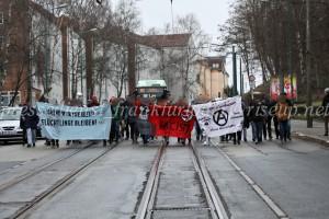 Zum Abschluß zogen etwa 60 Antifaschist_innen spontan durch die Frankfurter Innenstadt.