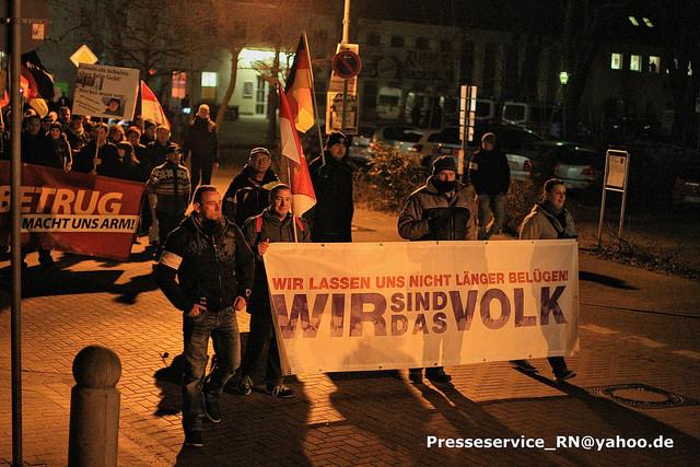 Marcel Brusch (links neben den Transparent) auf der Demonstration. Bild: Presseservice_Rathenow