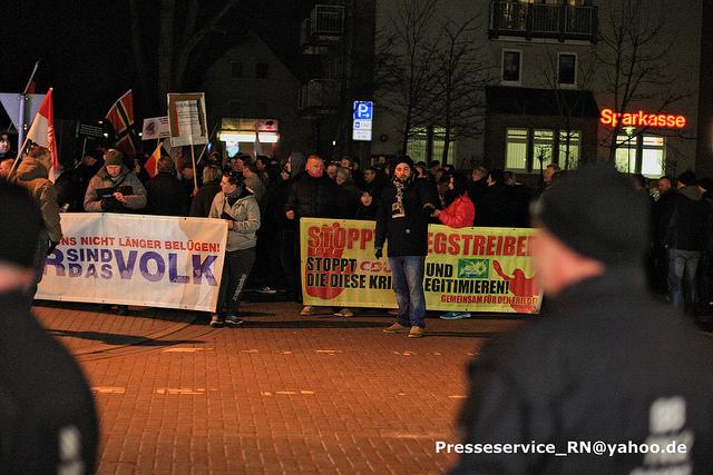 Vor dem Transparent: Der Veltener NPD-Stadtverordnete Robert-Wolinski. Bild: Presseservice_Rathenow