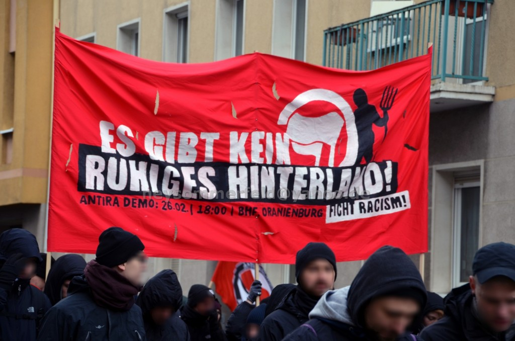 Hochtransparent auf der Antifa-Demo in Brandenburg an der Havel.