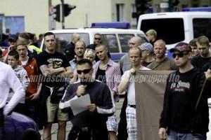 Lauscht gespannt den rassistischen Reden Maik Emingers: Andy Köbke (3. v. links, mit Flasch) am 25. April 2015 auf einer Demonstraion in Frankfurt (Oder).