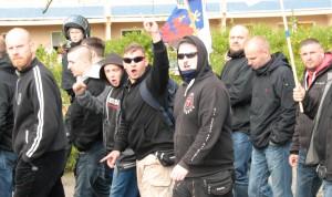 Christopher L. mit Drohgebärde auf einer Demonstration am 1. Mai 2015 in Neubrandenburg (Foto: Inforiot)