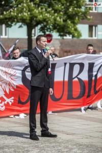 """Schick im Anzug: Kopf der extrem rechten """"Narodowe Slubice"""" Micha? Czwerwi?ski als Redner am 7. Mai in Slubice. (Quelle: slubice24.pl)"""