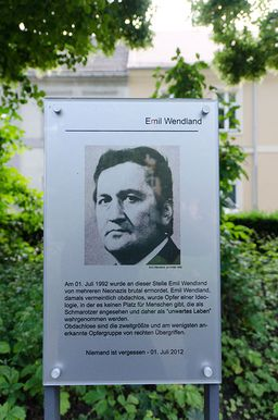 Das Bild zeigt die Gedenktafel für Emil Wendland in Neuruppin.