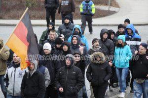 Ungewöhnliche Allianz: Polnische Hooligans am 20. Februar 2016 hinter der Deutschlandfahne auf der letzten asylfeindlichen Demonstration in Frankfurt (Oder). (Quelle: pressedienst frankfurt (oder))