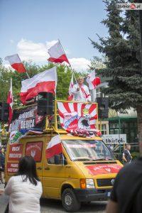 Führer einer extrem rechten Bewegung: Der Antisemit Piotr Rybak auf dem Lautsprecherwagen, u.a. geschmückt mit dem Fantransparent der örtlichen Fussballmannschaft Polonia S?ubice am 7. Mai in Slubice. (Quelle: slubice24.pl)