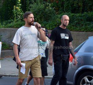 """Tony Schmidt (r.), als Ordner für den Schutz des Lautsprecherwagens zuständig, auf einer rassistischen Demonstration am 3. September 2016 in Frankfurt/Oder. Am Mikrofon Pascal Stolle, Kader von """"Der III. Weg"""""""