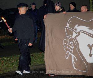 """Tim Borowski (mit Fackel), Tony Schmidt und Phillipp Hinzmann (beide am Transparent) auf einer rassistischen Demonstration am 6. Dezember 2014 in Wittstock. Schmidt trägt das Transparent der rassistischen Initiative """"Ein Licht für Deutschland"""""""
