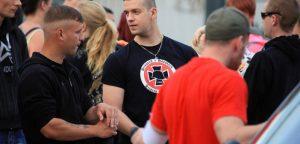Thomas E. - Angeklagter im Nauen-Prozess mit T-Shirt zum Gedenkmarsch für deutsche und ungarische Soldaten.