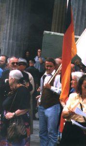 öniger demonstriert 1999 in Berlin gegen das Holocaust-Mahnmal. Quelle: apabiz