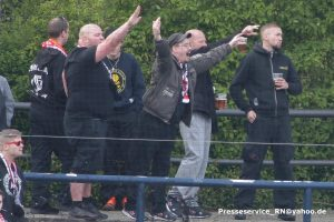"""Eine Dauerbegleitung während Spiels: """"Hitler-Grüße"""" von Cottbus Fans"""