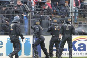 Um weitere Platzstürme zu verhindern, setzte die Polizei auch massiv Pfefferspray gegen die Fans des FC Energie Cottbus ein