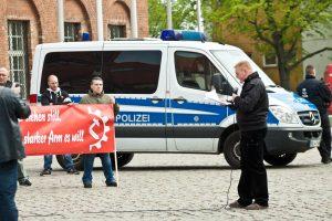 Björn Brusak (rechts) redet von Klassenkampf und zitiert Karl Marx .... vor Neonazis (Foto: pressedienst ffo)