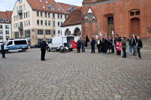 Insgesamt 20 TeilnehmerInnen konnte Björn Brusak intern mobilisieren. Die Versammlung wirkt etwas leer auf dem Rathausvorplatz (Foto: pressedienst ffo)