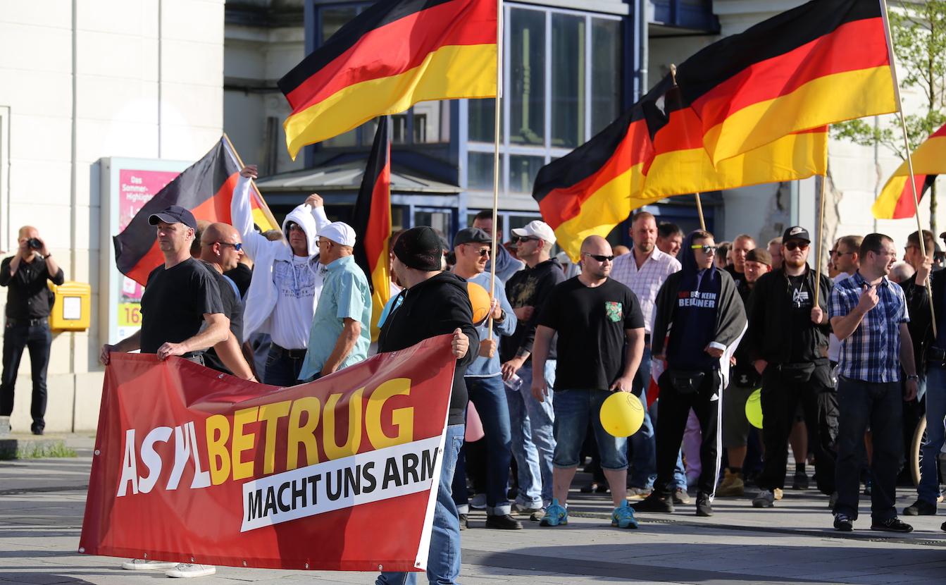 Die Neonazis der NPD bilden die Spitze der Demonstration in Bernau.