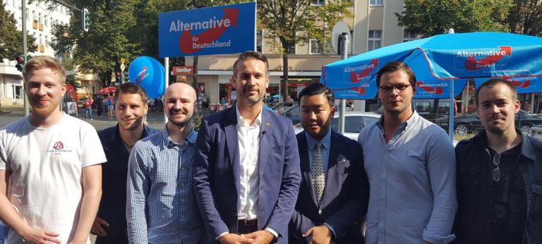 Brämer (links) zusammen mit JA-Berlin Landesvorstand Thorsten Weiß (mitte) und weiteren Landesvorstandsmitgliedern. Quelle: antifa-berlin.info